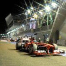 Fernando Alonso pasa por boxes