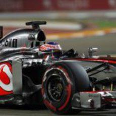 Jenson Button exprime su MP4-28 en el trazado de Singapur