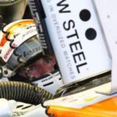 Adrian Sutil comprueba la telemetría