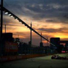 Daniel Ricciardo rueda mientras atardece en Marina Bay