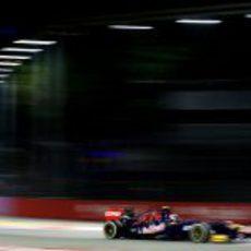 Daniel Ricciardo rueda con los medios durante los Libres 3