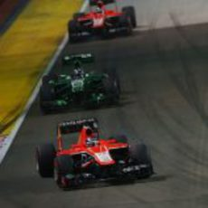 Jules Bianchi rueda por delante de Pic