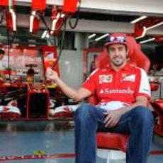 Fernando Alonso posa a la entrada de su box