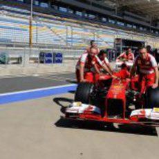 Los miembros de Ferrari empujan el F138