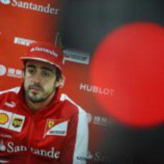 Fernando Alonso atiende a la prensa