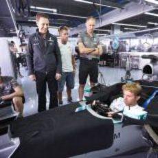 Nico Rosberg en el cockpit junto a sus compañeros