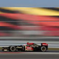 Romain Grosjean pasa junto a las gradas vacías de Corea