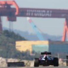 Sebastian Vettel afronta la recta de Corea