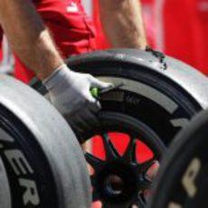 Un operario de Ferrari limpiando los neumáticos