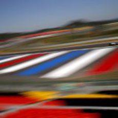 Maldonado rueda en el colorido, pero vacío, circuito de Corea