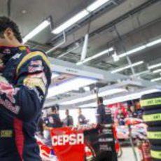 Daniel Ricciardo se ajusta el mono instantes antes de subirse al monoplaza