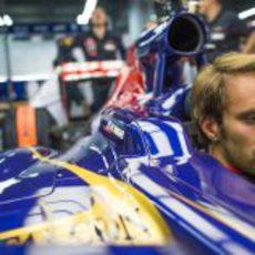 Jean-Eric Vergne concentrándose al máximo en el box de Toro Rosso