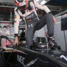 Nico Hülkenberg entra en el cockpit del Sauber antes de salir a la pista