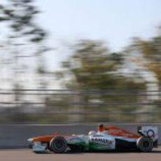 Paul di Resta prueba el neumático medio durante los segundos libres en Corea