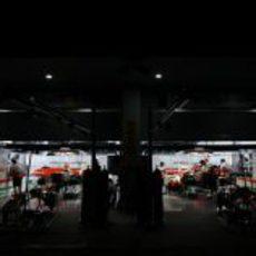 Los mecánicos de Force India trabajan en los coches de Paul di Resta y Adrian Sutil