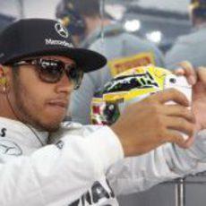 Lewis Hamilton jugando con su móvil