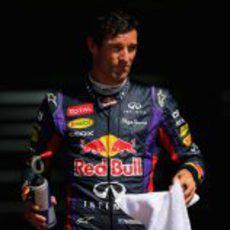 Mark Webber con una toalla para secarse