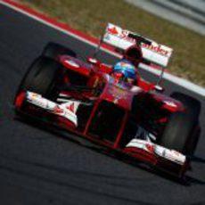 Fernando Alonso toma una curva en Corea