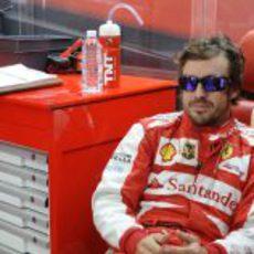 Fernando Alonso sonríe en su box