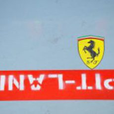 Logo de Ferrari en el pitlane de Corea