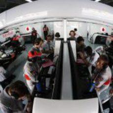 Intenso trabajo en el box de McLaren