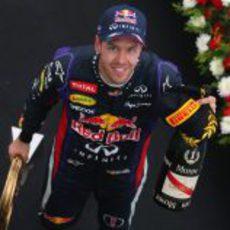 Sebastian Vettel recoge su premio en el podio de Corea