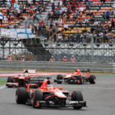 Felipe Massa entre los dos Marussia tras su trompo inicial