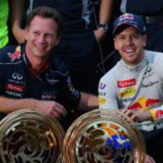Christian Horner y Sebastian Vettel celebran su octavo triunfo del año