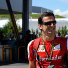 Pedro de la Rosa en el paddock de Suzuka
