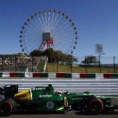 Heikki Kovalainen pasa junto a la noria de Suzuka