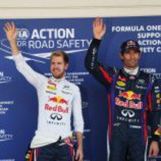 Sebastian Vettel y Mark Webber saludan a los medios