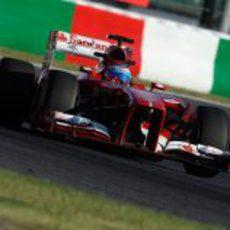 Fernando Alonso avanza en la pista de Suzuka