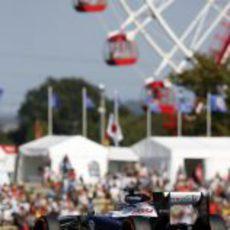 Pastor Maldonado rueda junto a la noria de Suzuka