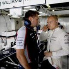 Valtteri Bottas habla con su ingeniero