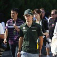Charles Pic pasea por el 'paddock'