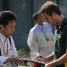 Giedo van der Garde firma un autografo
