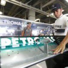 Lewis Hamilton comprueba el DRS de su W04