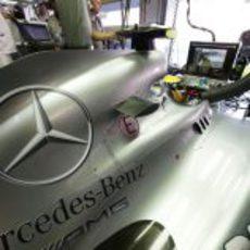 Lewis Hamilton ve la humareda del coche de Daniel Ricciardo por su pantalla