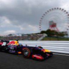Sebastian Vettel con la famosa noria de Suzuka al fondo