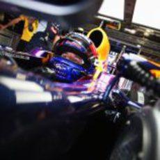 Mark Webber espera en el box de Red Bull a salir a pista