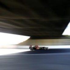 Preciosa instantánea de Romain Grosjean pasando por debajo del puente de Suzuka