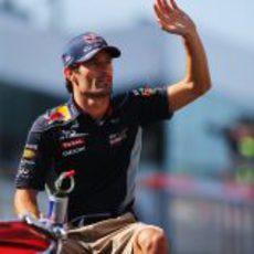 Mark Webber saluda a los aficionados
