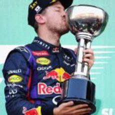 Sebastian Vettel besa el trofeo