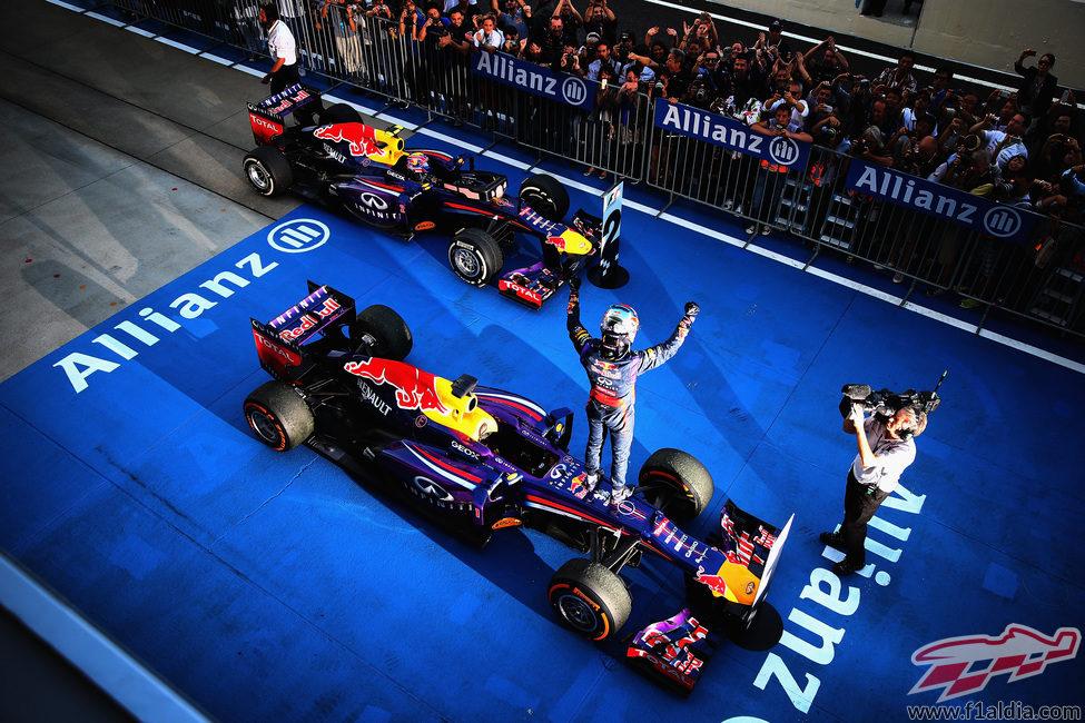 Sebastian Vettel celebra la victoria en parque cerrado
