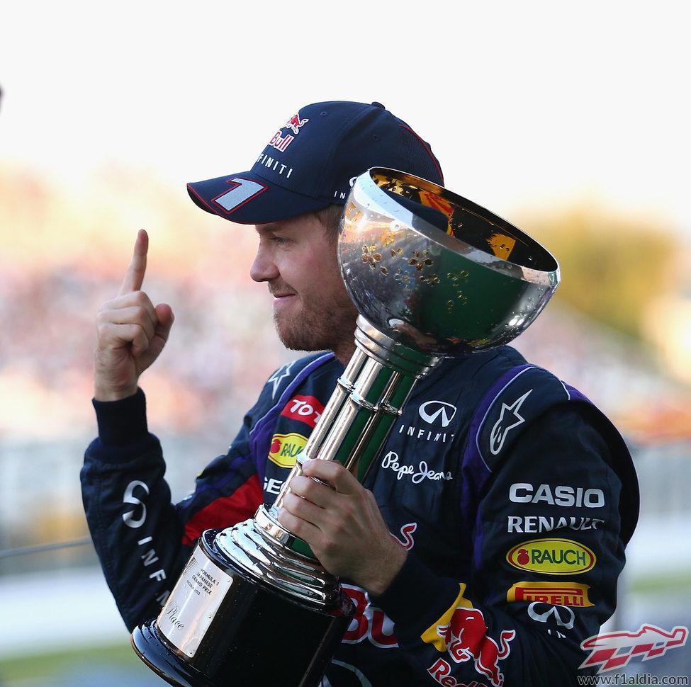 Dedo ganador de Sebastian Vettel