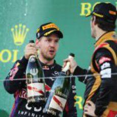 Brindis de Sebastian Vettel y Romain Grosjean en el podio