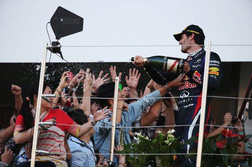 Mark Webber celebra el podio con los aficionados