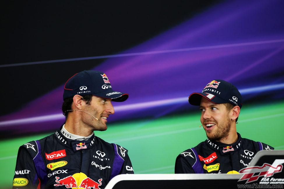Mark Webber y Sebastian Vettel sonríen en rueda de prensa