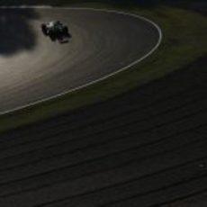 Atardece en Suzuka mientras Charles Pic completa sus últimas vueltas
