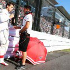 Jules Bianchi se hidrata antes del Gran Premio